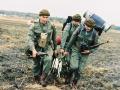 Grupa Kadrowa w czasie ucieczki przed pociągiem po przyjęciu zrzutu zasobnikiem ZT 100. Puszcza Goleniowska 1992 r.