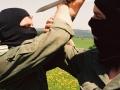 Trening walki kontaktowej - ten sposób obrony przed nożem był najczęściej wykorzystywany -nóż szturmowy wz. 52 był etatowym nożem w tamtym okresie - trenują żołnierze zawodowi - 1992 r.